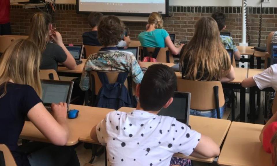 leleerlingen-op-het-Scala-college-volgen-een-presentatie-in-hun-digitale-leeromgeving