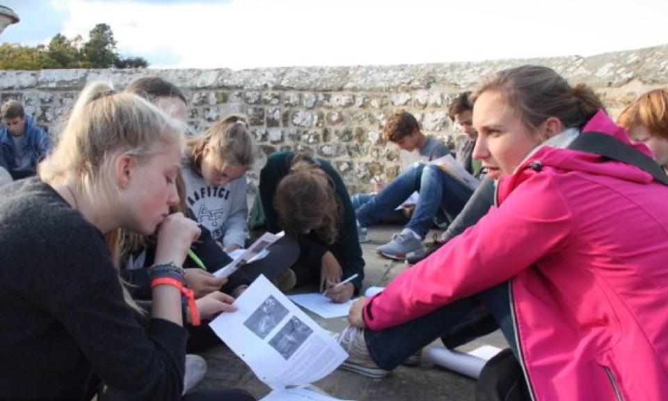 leerlingen voeren practicum uit in Scheikunde lokaal