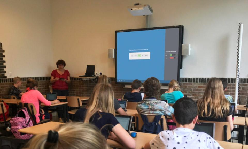 docent-geeft-interactieve-presentatie-op-het-Digibord-in-de-klas
