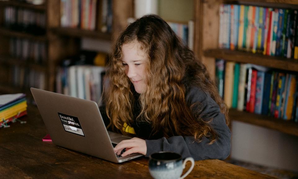 leerling-gebruikt-device-met-digitale-leeromgeving-voor-gepersonaliseerd-leren
