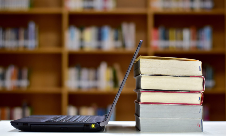 digitaal-lesmateriaal-en-boeken-staan-bij-elkaar-in-de-bibliotheek-van-Learnbeat