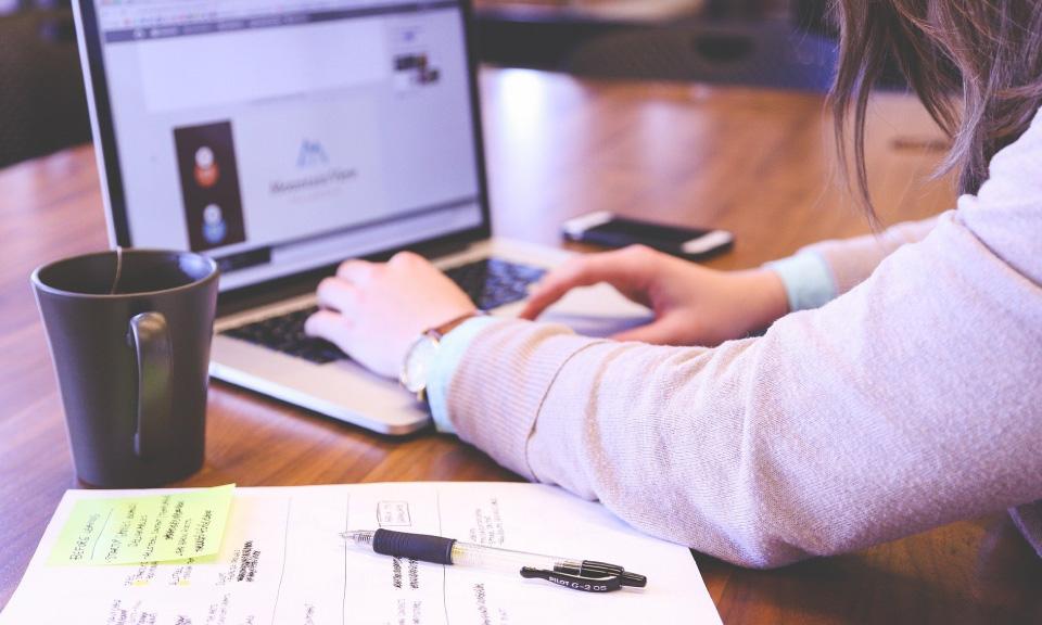 leerling maakt effectief-het-opgegeven-huiswerk-op-laptop