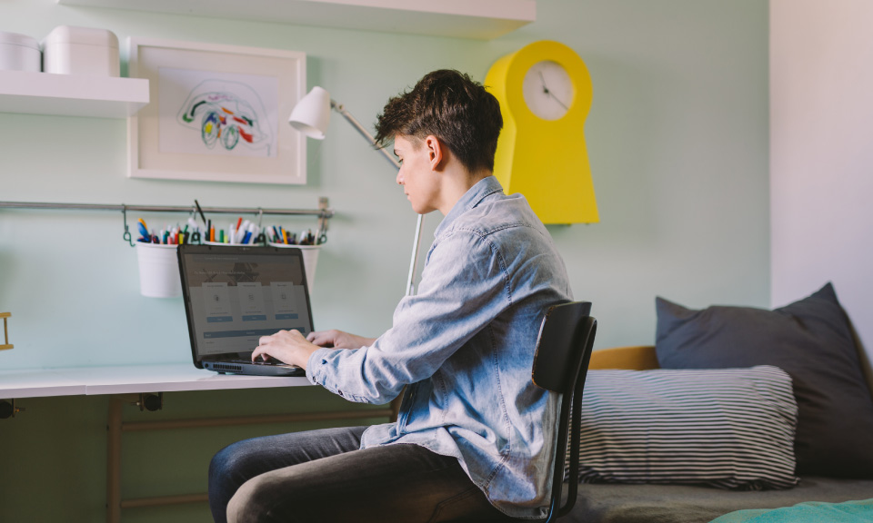 leerling die actief deelneemt aan de online les op afstand